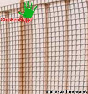 Malla gallinera chickenmalla instalada en reja de hierro