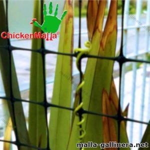 Malla plástica chickenmalla instalada en jardín
